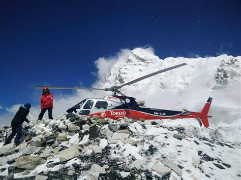 Helicopters Rescue Climbers Trapped on Everest After Quake