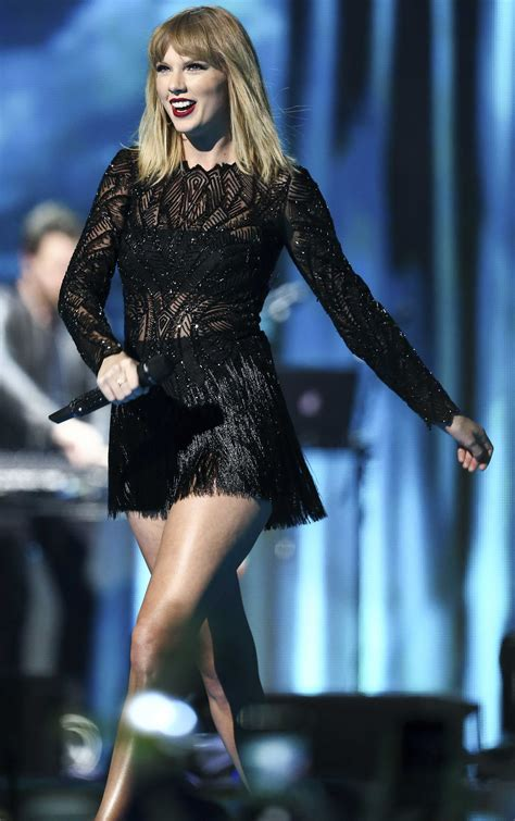 Taylor Swift Performs at Pre-Party in Houston | PEOPLE